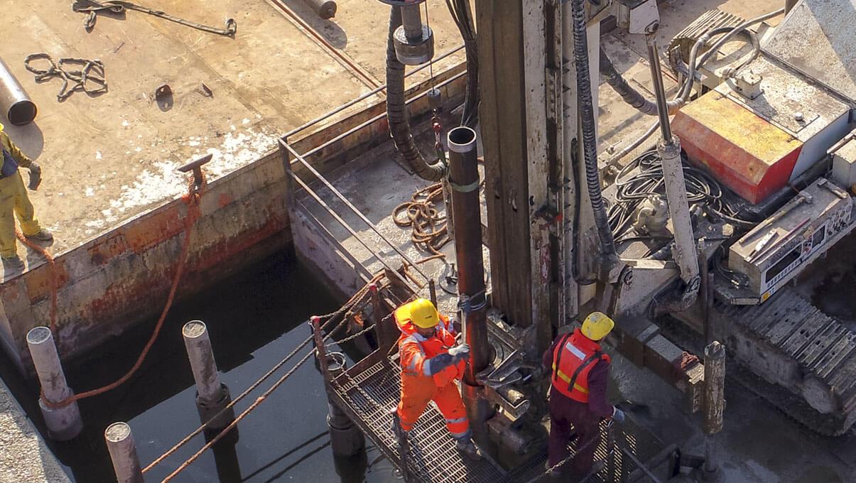 Esecuzione micropali di fondazione su pontone - MANTOVA, Porto catena