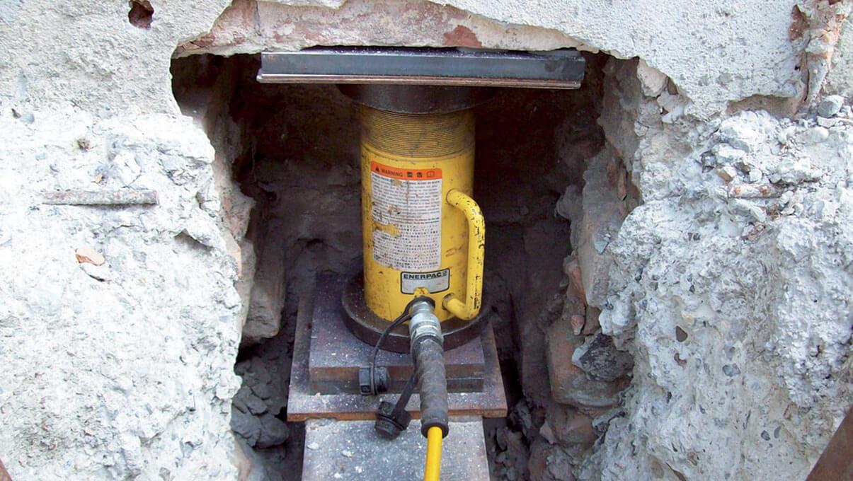 Martinetto idraulico posizionato in nicchia