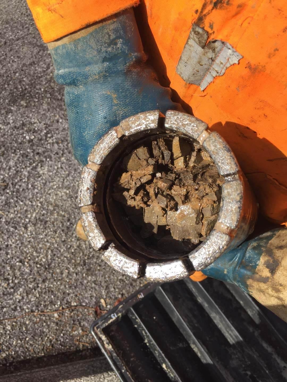 Carotiere doppio diamantato con evidenza di materiale roccioso fratturato