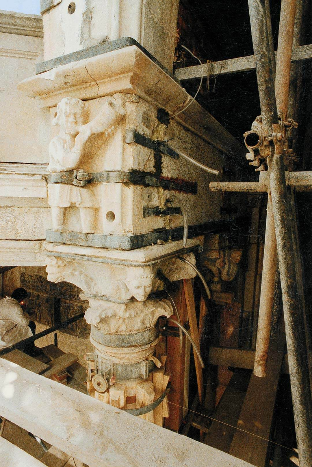 Consolidamento piattabanda. Cinturazioni in ferro risalenti all'intervento del Voghera nel 1836