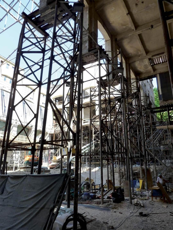 Pilastri sospesi su una struttura di micropali di sottofondazione - VERONA, Via Manin
