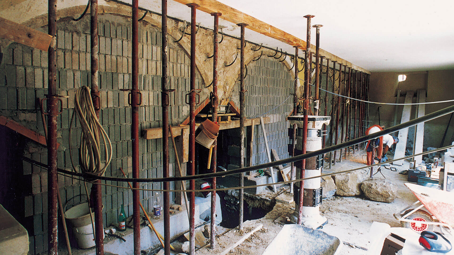 Pontellazione provvisoria degli archi. Consolidamento delle murature. Cinturazione provvisoria della colonna.