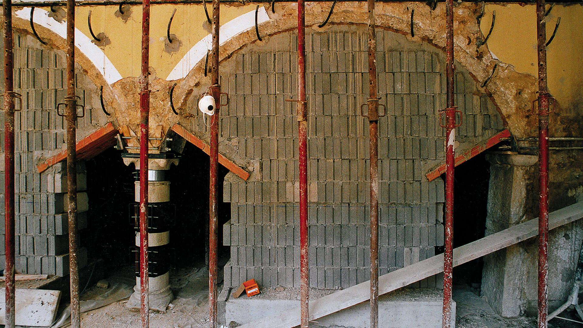 La colonna di cui alla foto precedente è stata rimossa per poi essere ricollocata baricentricamente al sovrastante carico